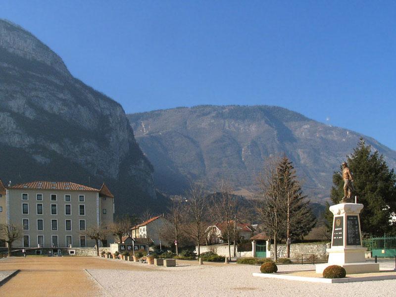 Sassenage - Mairie et falaises du Vercors