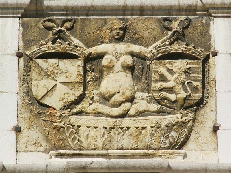 sculpture fronton Mélusine
