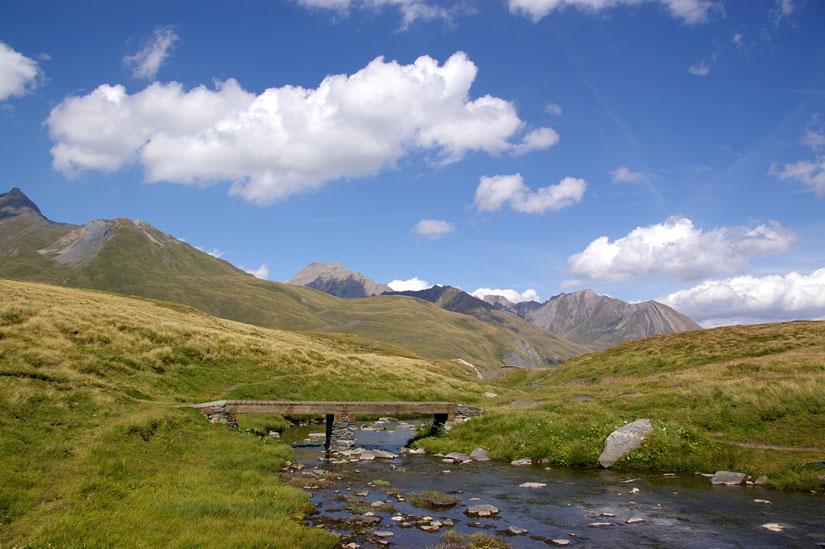 pont franchissant un ruisseau